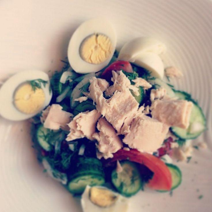 Полезный салат. Огурцы, помидоры, свежий укроп, белый лук, 2 яйца, тунец, оливковое масло, морская соль