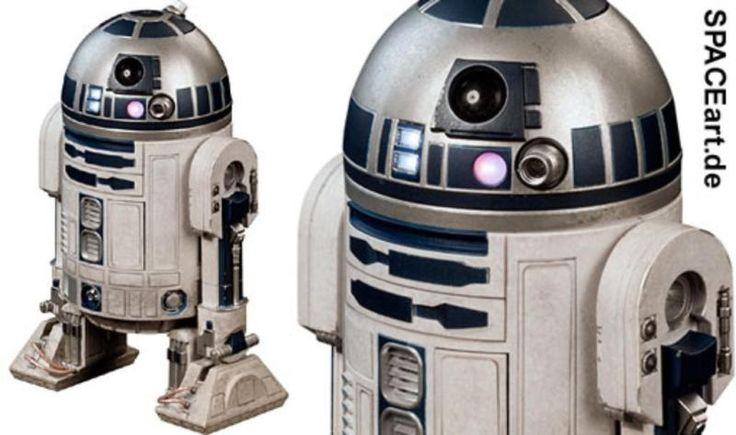 Star Wars: R2-D2http://spaceart.de/produkte/sw042.phpTolle Deluxe-Figur des wohl berühmtesten Astromech-Droiden der Filmgeschichte mit der Bezeichnung R2-D2, drehbarer Dome mit Projektor Ports, Panel Utility Access Ports sind beweglich, LED-Beleuchtung (für Logic Display, Prozessor State Indicators und Holographie Projektor), Life Scanner, Periskop, Skywalker Lichtschwert, drittes Bein lässt sich versenken, diverse austauschbare Werkzeug-Arme, komplette Serviertablett Anlage mit 7 Gläsern…