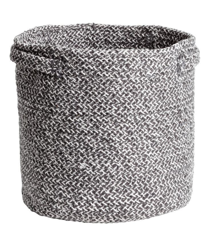Kolla in det här! En stadig förvaringskorg i bomullskvalitet med dubbla handtag på sidorna. Höjd 20 cm, diameter 22 cm. - Besök hm.com för ännu fler favoriter.