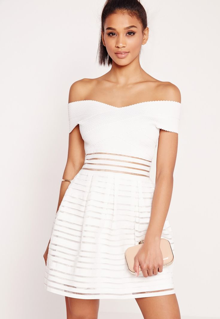 attirez tous les regards cette saison dans cette robe patineuse blanche absolument irrésistible. avec son col bateau, son effet bandage, sa coupe patineuse et ses bandes de tulle transparentes, elle est juste ce qu'il vous faut pour illumi...