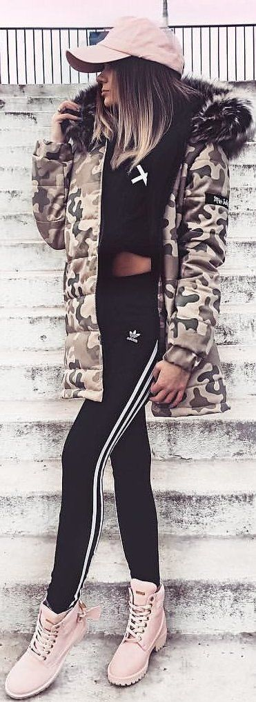#spring #outfits woman wearing black and white Adidas jogging pants. Pic by @xpaulinee_