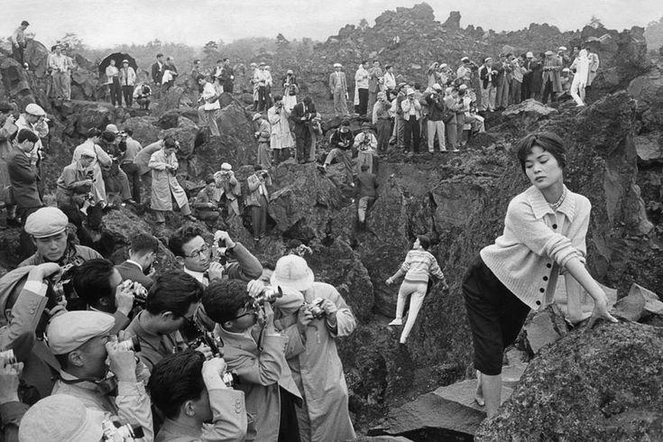 #Japon, 1958. Premier rallye de photographie au Japon. Quelques mannequins amenés par Fuji posent devant le décor volcanique de Karuizawa pour le bonheur de quelques 2000 amateurs et professionnels. © Marc Riboud #women #photography