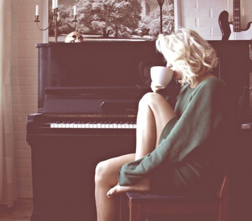 morning coff. (the funny thing is... no woman actually looks this peaceful and beautiful in the morning. lets be real)