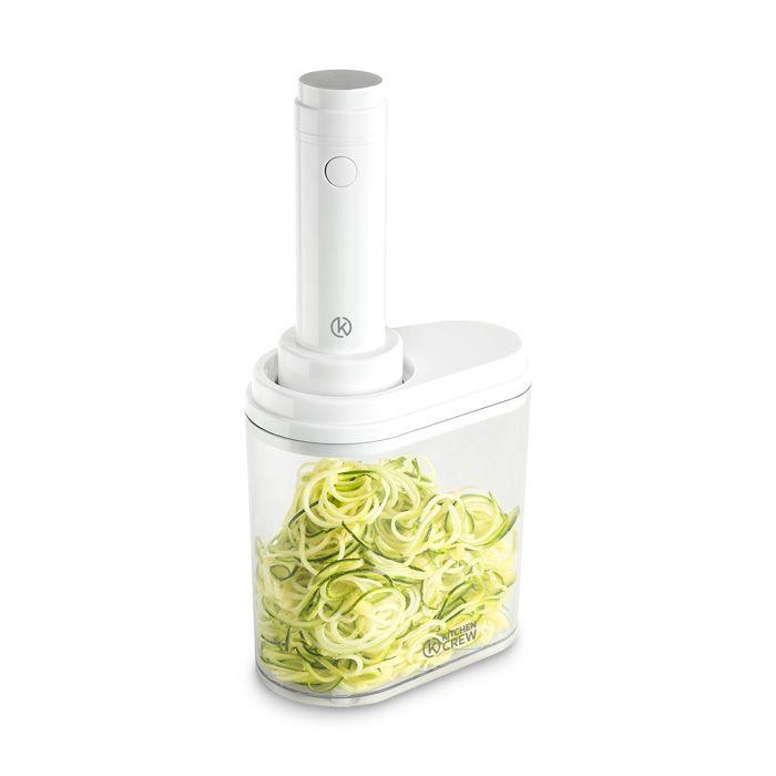Zucchini-Nudeln im Auffangbehälter des Spiralschneiders.