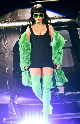 YEŞİL KÜRKLÜ RİHANNA Los Angeles'da düzenlenen iHeartRadio Müzik Ödülleri'nde sahne alan şarkıcı Rihanna giydiği Versace marka yeşil kürk manto ve derin dekolteli mini kıyafetiyle gecenin ilgi odağı oldu.