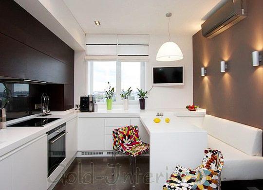 Белый диван прямой формы в интерьере кухни