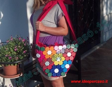 eco borsa fatta con tappi di plastica