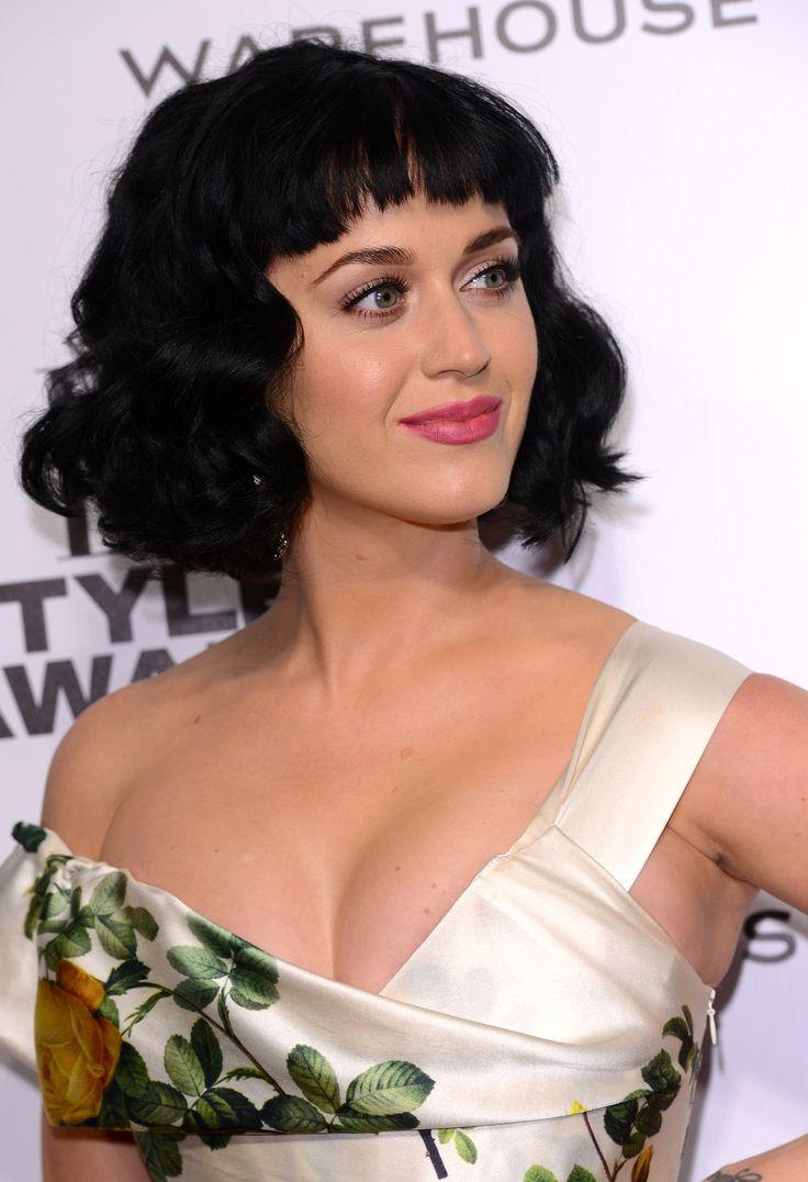 Katy adora gli anni 50, non è un mistero. Con questo bob boccoloso accorcia otticamente la sua chioma (stirati le arrivano sotto la spalla): una bella idea se vuoi avere i capelli più corti senza tagliarli.  -cosmopolitan.it