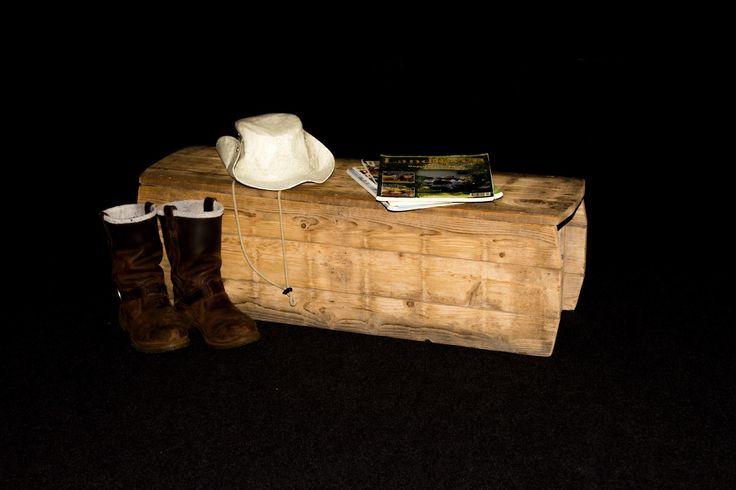 Prachtig bankje/ bijzet tafeltje gemaakt van oud grenen planken uit een oude steenfabriek aan de Rijn. Bij mij te bestellen voor € 87,50 gemaakt door Frank Jansens.