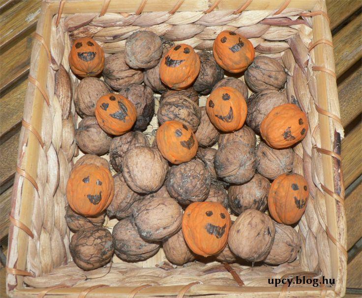 Halloween - painted wallnut pumpkin. Festett dió tökfejek.