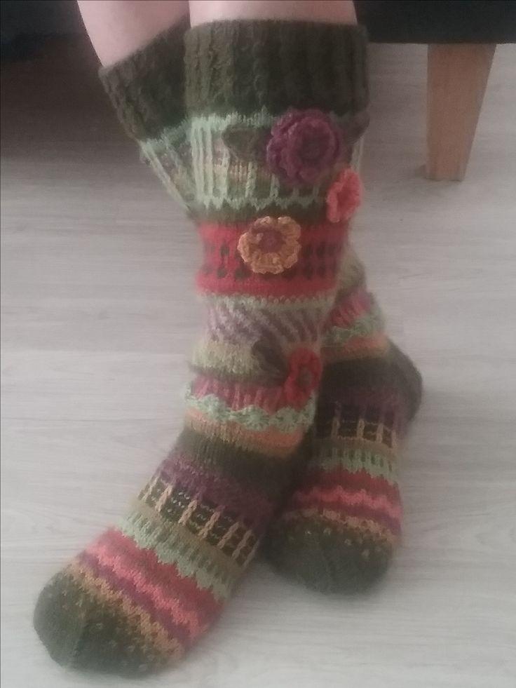 Anelmaiset. Ohje Novitan sukkalehdessä. Aloitettu 80 silmukalla ja kudottu 3 puikoilla.