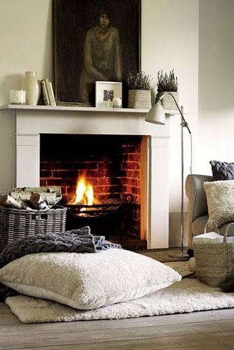 Gorgeous open fire - love the large pillow - curl up beside the fire - perfect