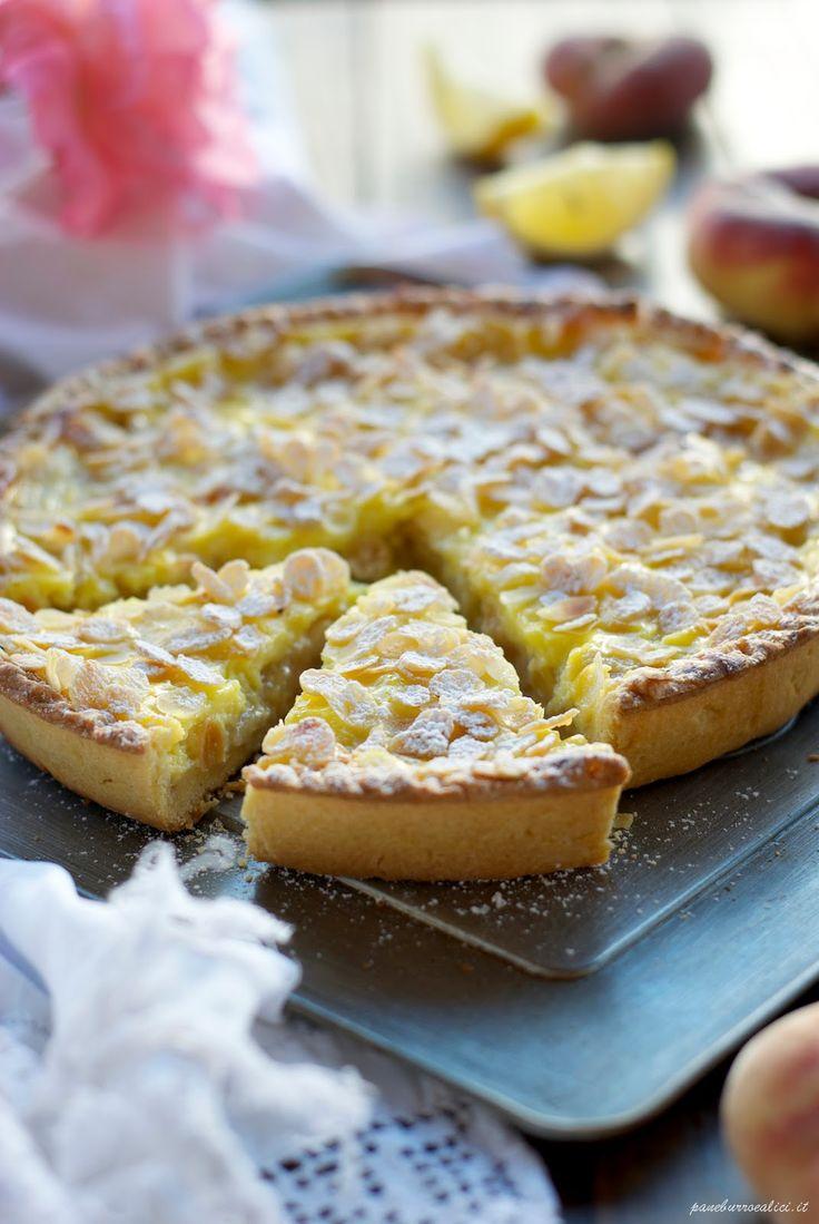 Crostata al limone con mandorle e pesche
