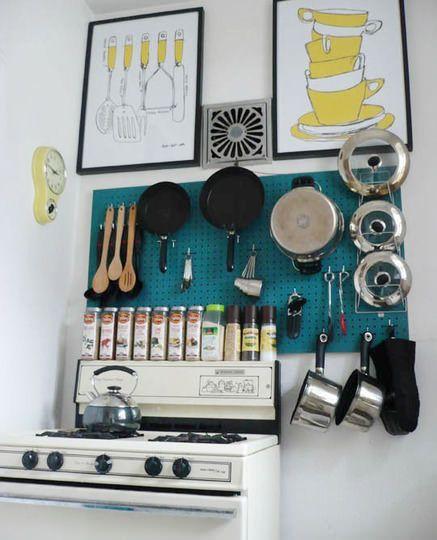 パンチングボードを使った調理器具のぶら下げ収納|海外おしゃれ部屋とインテリア【ルームスタイル】