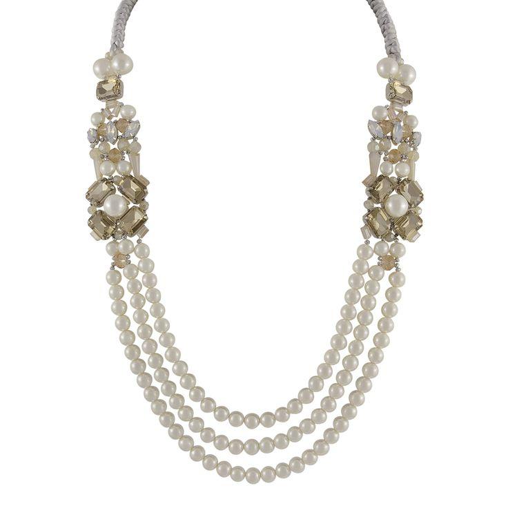 Die lange Halskette Eleganza aus weißen Perlen und hellen Glassteinen im Brit-Chic ist ein echtes Statement-Schmuckstück. Aufgrund der auffälligen Erscheinung passt sie besonders gut zu schlichten Kleidern und ist ein richtiges Highlight! #halskette #wedding #schmuck