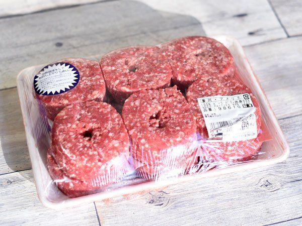 コストコの肉コーナーで売られている『100%ビーフパティ(赤身88%)』。ハンバーガーで使うパティにしては分厚すぎるルックスです。消費しきる自信がなくてパスしている人も多いのでは? 確かに大人数でのバーベキュー用食材というのが主な位置づけなのだと思いますが、普通の食卓用に調達するのも全然アリ! 家族で圧倒的肉