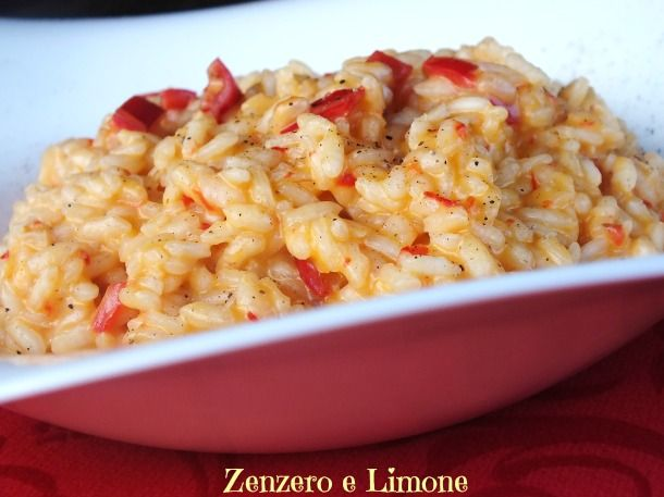 Il risotto ai peperoni rossi è un primo piatto appetitoso e profumato a cui la robiola, mantecata a fine cottura, conferisce una cremosità unica.