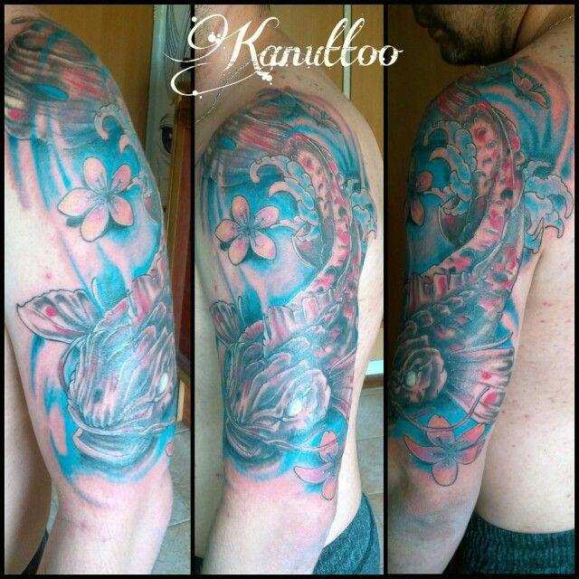 #kanuttoo #tattoo #tatu #tatuaje #ink #inked #koy #coy #blue #azul #black #negro #shadow #sombra #sakura #flor #flower #agua #water #red #rojo #art #arte #pez #fish #arm #brazo #shoulder #hombro #aire #air #yellow #amarillo #pink #rosado #morado #purple #animal