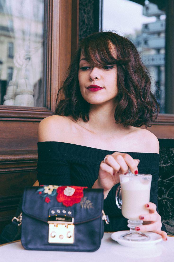 Blogueuse mode Paris, comment s'habiller tout en noir, comment porter un petit sac classique, look féminin shooting terrasse du Café de la Paix Opéra