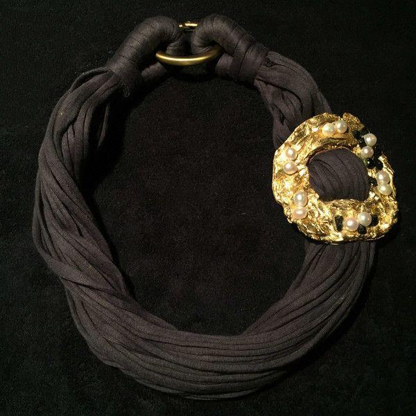 collana cordoncino grigio silicone lavorato in foglia oro perle bianche di fiume e pietre dure di ossidiana nera necklace grey drawstring silicone decorated wit