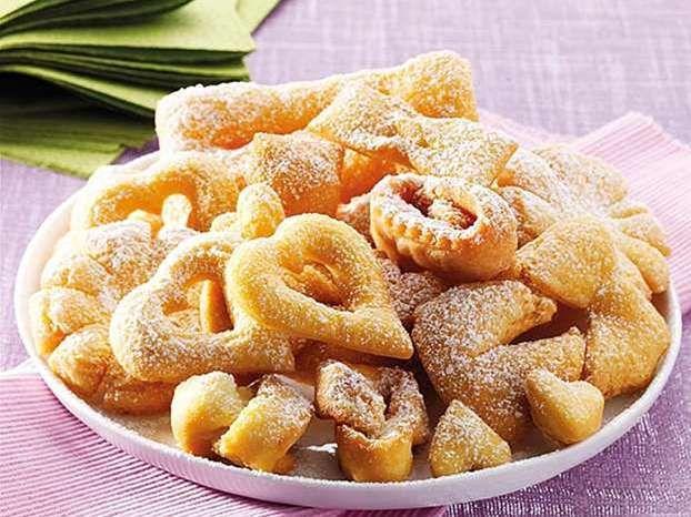 Le chiacchiere, uno dei dolci tipici del Carnevale. Scopriamo come preparare le chiacchiere di Carnevale fatte in casa, seguendo tutti gli step della ricetta.