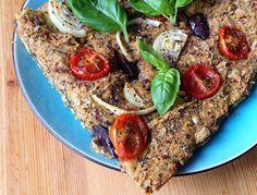"""Det här brödet är helt otroligt gott. Det går att göra focaccia style, det vill säga platt men ändå fluffigt bröd med oliver, rödlök och körsbärstomater som på bilden, men funkar även lika bra som limpa. Brödet är glutenfritt och utan jäst - och innehåller dessutom fullvärdigt protein, vilket blir fallet om man blandar mjöl från olika """"familjer"""", till exempel bovete (ört) och kikärtsmjöl (baljväxt)."""