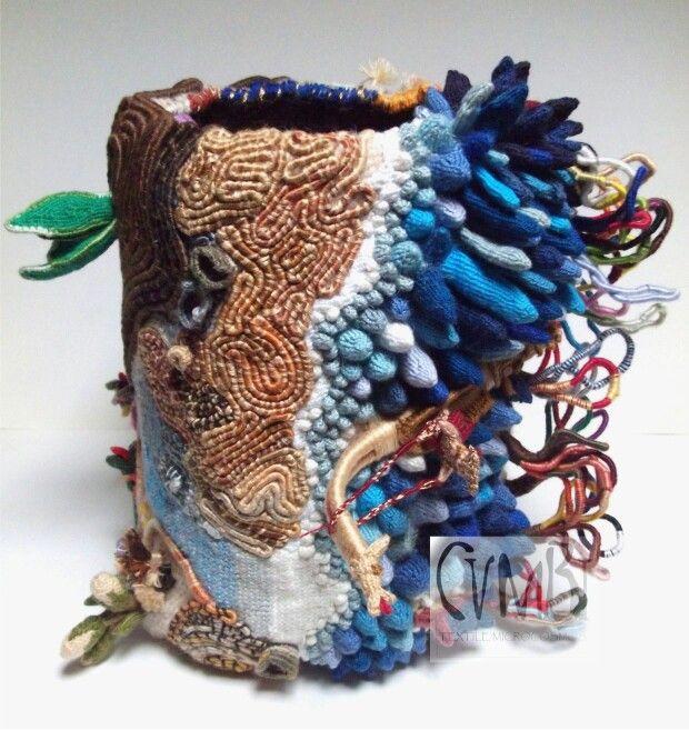 """""""MicrÓmitos I"""" de Cumbi Microcosmos Textil, de la serie """"retablos textiles"""", técnicas de anillado cruzado/ """"MicrÓmitos I"""" by Cumbi Microcosmos Textil, cross-knit looping technique"""