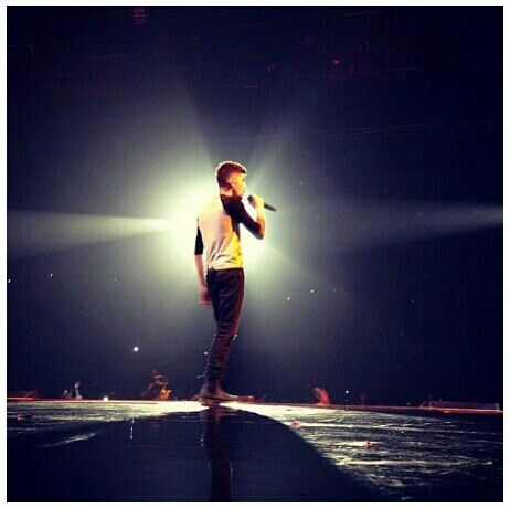 Day 11- Fave Zayn Pic: I love these kinds of pics! Lighting is vital to have an impressive pic, and this unique lighting makes this pic memorable. Also, why is this on the 11th day? They should have put it on the twelfth!