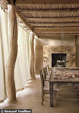 Dans la salle à manger d'été, les piliers et le cadre de la cheminée fleurent bon l'eucalyptus - Horizon lointain pour maison marocaine - CôtéMaison.fr