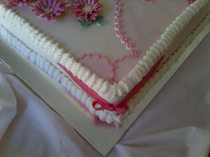 Bow detail on corner of sheet cake for lady