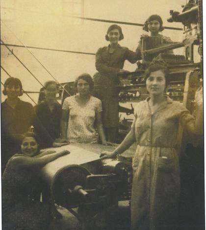 Yφάντριες δίπλα στους αργαλειούς της Μεταξοϋφα-ντουργικής ΝΙΚΗ το 1935, εργάτριες της Ελληνικής Εριουργίας το 1920 και το κτήριο της Ελληνικής Μεταξουργίας (φωτ. Αρχείο ΚΕΜΙΠΟ)