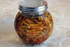 Berenjenas en conserva. Mmmm... (Idea: mezclar luego con pimientos rojos asados y ajo o cebollleta para hacer una ensalada de chuparse los dedos...)