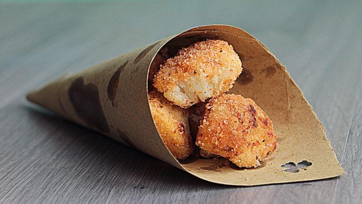 Ecco come cucinare il cavolfiore fritto senz'olio... crocchette passate in padella, talmente buone e croccanti.. sono ricchissimi di vitamine, sali minerali