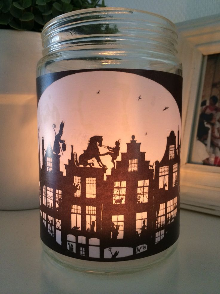 De oude truc met zonnebloemolie: plaatje printen op papier, olie erover, uitknippen, op potje plakken en klaar is je Sinterklaas waxinelichtjeshouder!