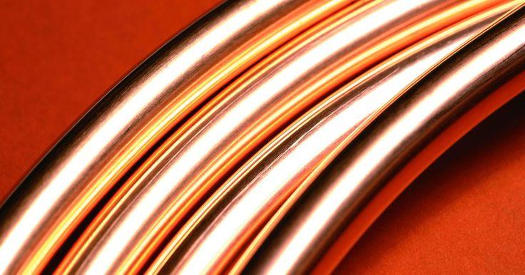 Cómo reparar la tubería de cobre de un evaporador. La tubería de cobre que se utiliza en un evaporador es delgada, por lo que tiene la ventaja de ser flexible. También puede verse comprometida más fácilmente que la tubería de cobre regular y formar una fuga. La reparación de la tubería de cobre en un evaporador es diferente a la reparación de la tubería de cobre regular que se utiliza en las ...