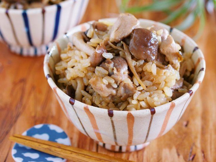 こんにちは、料理研究家のYuu*です。 今週は、きのこたっぷりの「鶏めし」をご紹介致します。 九州・大分県の名物「鶏めし」をご存じですか? 鶏肉とごぼうを甘辛く煮て、炊きたてのご飯に混ぜる「混ぜ込みご飯」。調味料は、しょうゆ・砂糖・酒ととってもシンプルで、これらを使って具材を煮込んでいきます。 今回は、そんな「鶏めし」にきのこをたっぷり加えて、秋バージョンにアレンジしてみました。作り方は簡単、ご飯を炊いて、フライパンで甘辛く煮た鶏ごぼう+きのこを混ぜ込むだけ。見た目こそすごーく地味なのですが、うま味がたっぷりで、ついつい食べ過ぎてしまいます。もうこれに、豆腐とわかめのお味噌汁があれば……、私は…