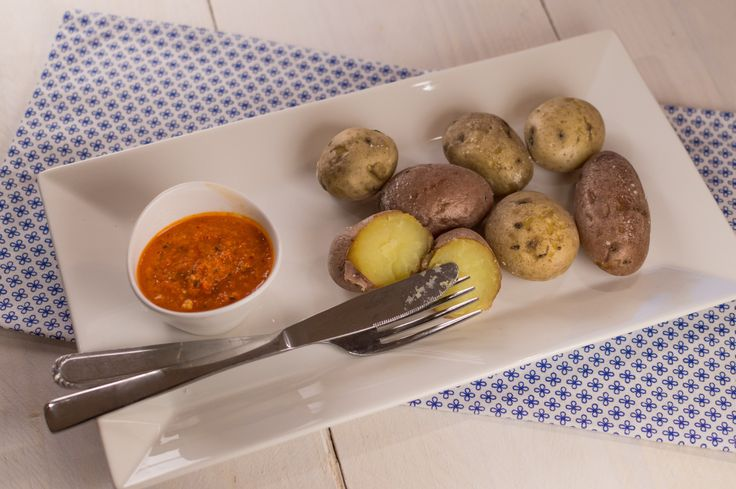 Deze patates con mojo zijn ontzettend smaakvol en heerlijk in combinatie met de rode mojo saus van paprika en rode peper.