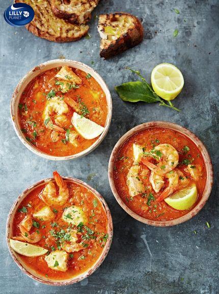 W końcu mamy sobotę i czas na pokrzątanie się w kuchni💚tylko co tu dzisiaj przygotować jak mam trochę czasu ... Zupa Rybna z krewetkami Lilly Planet ? 💚💚💚 zdecydowanie tak szczególnie, że wszystko mam dzisiaj pod ręką 😄 Polecam przepis Jamiego Olivera - doskonały :  http://www.jamieoliver.com/…/fish-recip…/sicilian-fish-soup/ 😄 Stefan 😄