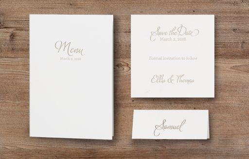 Romantische champagnerfarbene Hochzeitseinladung mit Spitze und Band