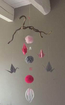 MOBILE EN ORIGAMI POMPONS ET GRUES Dimension : environ 50 cm de large x 57 cm de haut réalisées en papier rose, blanc et beige à pois, pompon en tulle et tissus. Possibilité - 16200141
