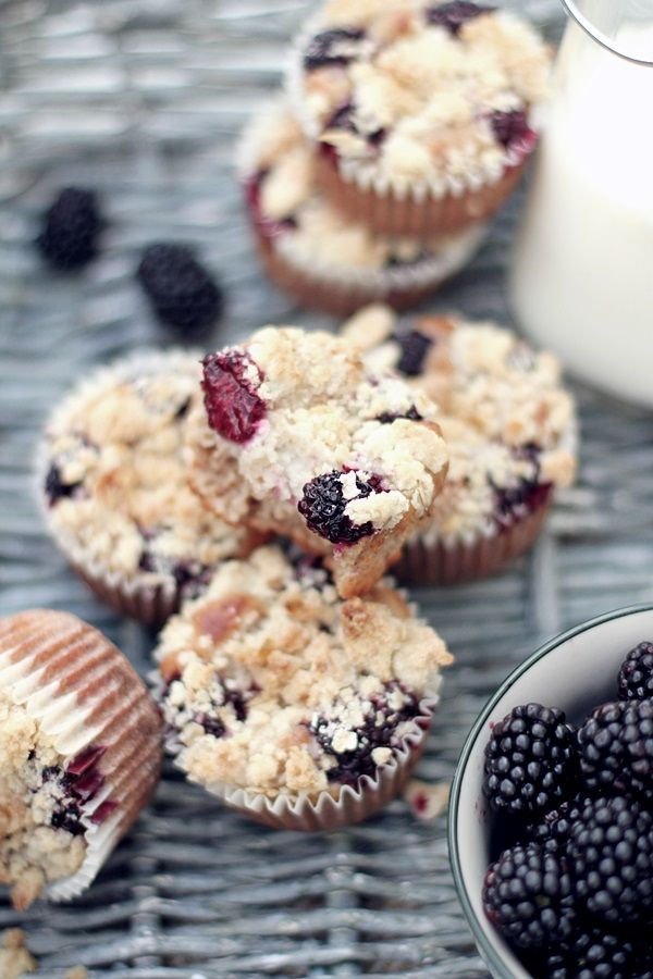 Spelt muffins with oatmeal and blackberries//