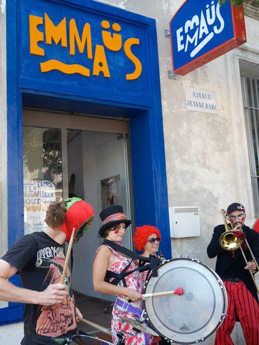 Formes Vives, enseignes de la boutique Emmaüs d'Aubagne, Communauté Emmaüs St-Marcel, peinture glycero sur contreplaqué marine et pvc, juin 2014
