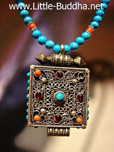 Zilveren Gau Schrijntje Tibet, ketting van Turkoois en rode Jade : Het amulet is een Tibetaanse Gau, gemaakt van massief zilver. Het symbool voor het Tibetaans Boeddhisme, prachtig ingelegd met koraal, jade en turkooisjes.  De achtergrond en de zijkant is schitterend versierd met florale motieven. 100% handwerk en echt een meesterstukje. http://www.little-buddha.be/kettingen-amulet/ | little_buddha_1
