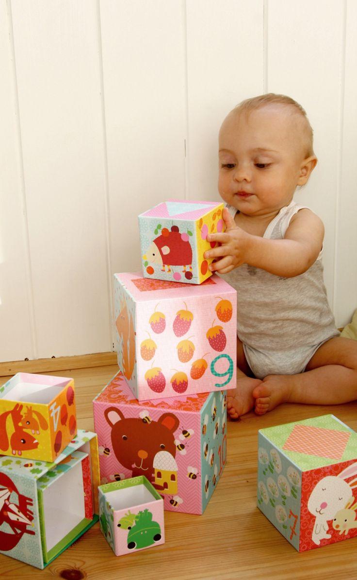 Diesen Stapelturm von Djeco kauften wir als Noam etwa sechs Monate alt war. Er besteht aus zehn liebevoll illustriertenPappboxen, mit denen Kinder nicht nur Türme bauen können, sondern noch versch...