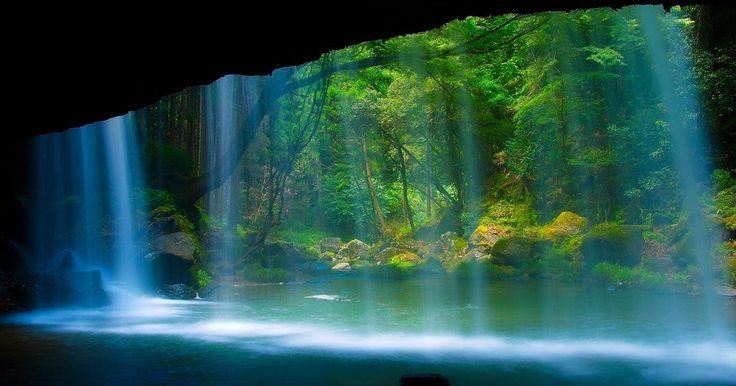 旅先で出会う絶景の数々。今回は 「九州の絶景」 をご紹介します。いつまででも眺めていたくなる、素敵なスポットばかりです。 1.鍋ヶ滝【 熊本県 】 http://www.fukei-kabegami.com/cgi-bin/kabegami/1331.html シルクのカーテンのような美しい滝。裏見の滝としてとても有名な滝で、滝壺の裏から透かして見える風景がまた絶景です。緑の木々と木漏れ日の光が癒してくれそうです。 CMでも話題となりましたよね、この光景。 http://www.istartedsomething.com/bingimages/#20130612-jp ■基本情報 ・名称:鍋ヶ滝 ・住所:阿蘇郡小国町黒渕 ・アクセス:JR引治駅より車で約60分 ・電話番号:0967-46-4440 ・公式サイトURL: http://www.aso-oguni.com/...