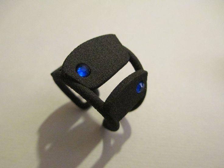 anello a pezzi con brillantini blu