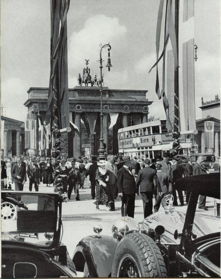 Anlässlich der 22. IAA im Frühjahr 1931. Automobile am Pariser Platz. Berlin, 1931. o.p.