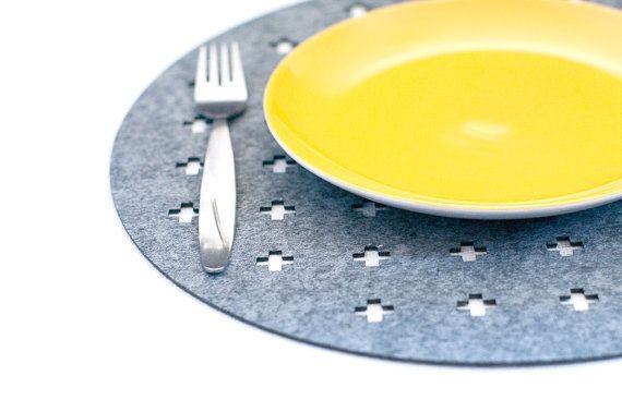 Set Runde Tischsets. Filz eignet sich für den Schutz Ihrer Tabelle. Erhältlich zur Auswahl: Satz von 4 Tischsets. Satz von 6 Tischsets. Satz von 8