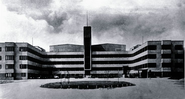 Slavná hlavní budova studií nese tvar bájného ptáka Fénixe - foto z roku 1937 / Famous Phoenix-the-bird-shaped main building of the studios in 1937
