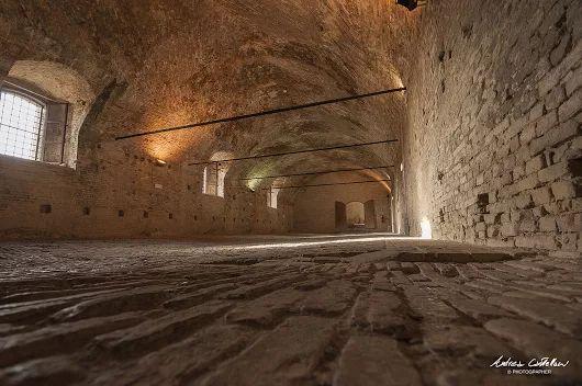 """La Selleria del Duca nei Sotterranei del Palazzo Ducale di #Urbino! La grande sala, che veniva anche nominata """"Galoppatoio"""", era l'ambiente in cui venivano ferrati e sellati i cavalli, oltreché il magazzino del foraggio.  (Foto di Andrea Castellani)"""